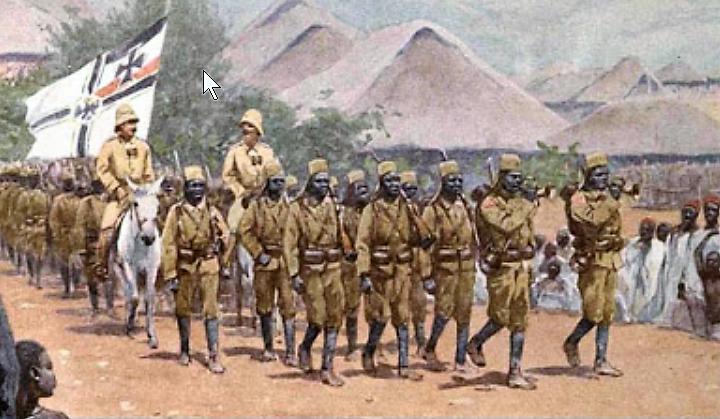 Paul Emil von Lettow-Vorbeck desfilando con sus askari (400×240)