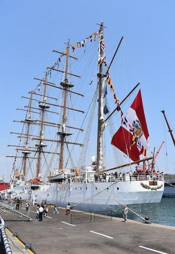 Unión acoderado en un molón de la Base Naval del Callao